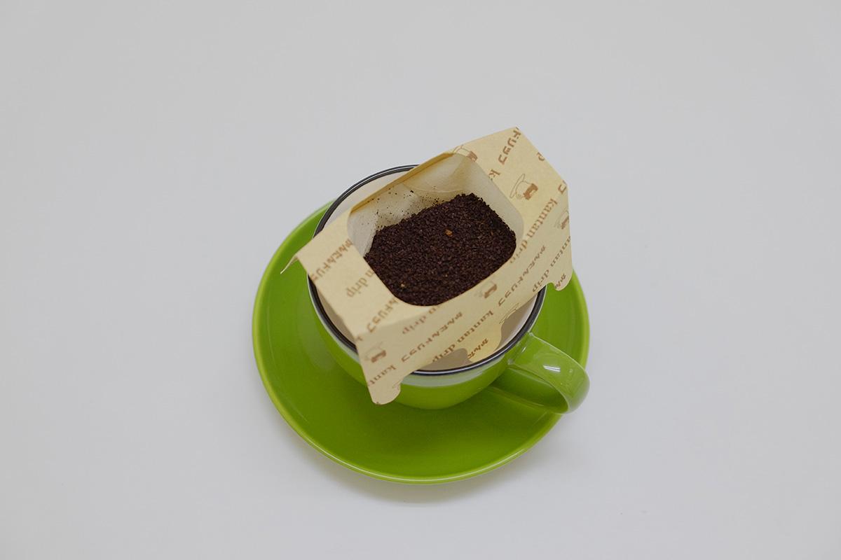 ドリップパックで淹れたヘーゼルナッツフレーバーデカフェコーヒー